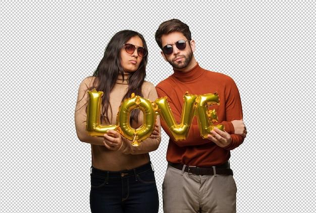 Jeune couple, saint valentin, traverser bras, détendu PSD Premium