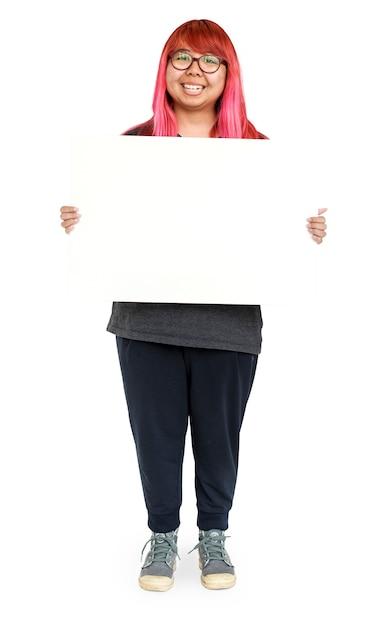 Jeune femme, à, cheveux roses, tenue, vide, pour, communication, publicité Psd gratuit