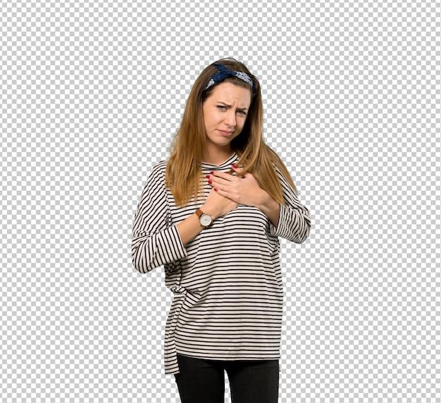 Jeune femme avec foulard ayant une douleur au coeur PSD Premium