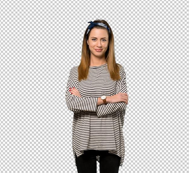 Jeune femme avec foulard en gardant les bras croisés en position frontale PSD Premium