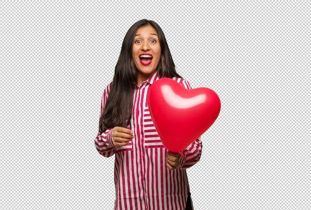 Jeune Femme Indienne Célébrant La Saint Valentin PSD Premium