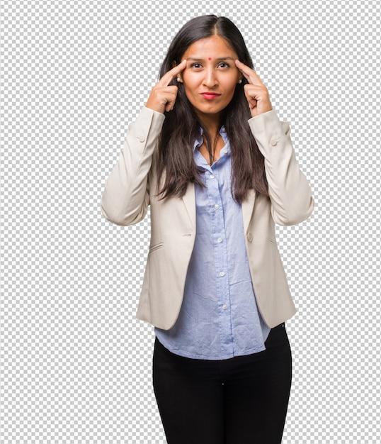 Jeune Femme Indienne Faisant Un Geste De Concentration, Regardant Droit Devant Elle, Concentrée Sur Un But PSD Premium
