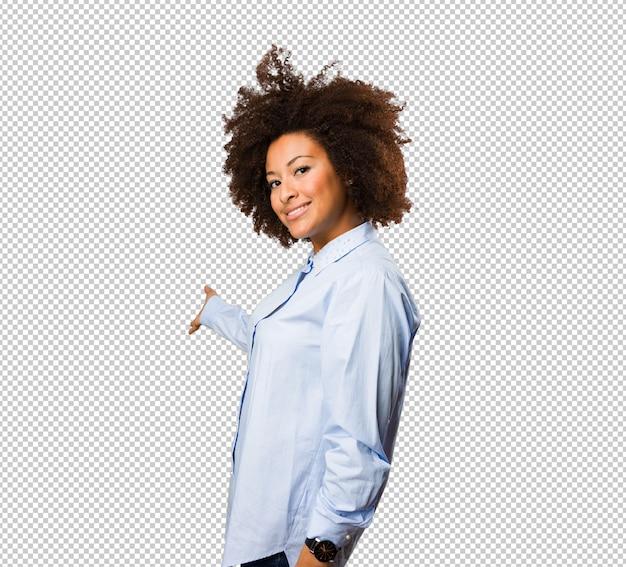 Jeune femme noire invitant quelqu'un à venir PSD Premium
