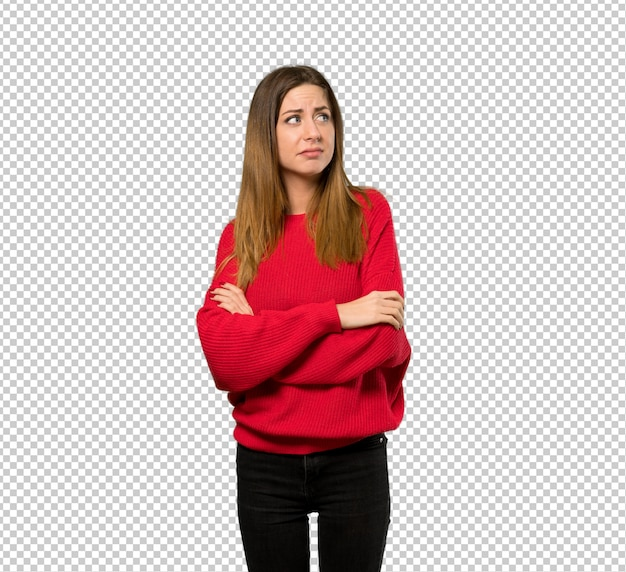 Jeune femme avec un pull rouge faisant des gestes de doutes tout en soulevant les épaules PSD Premium