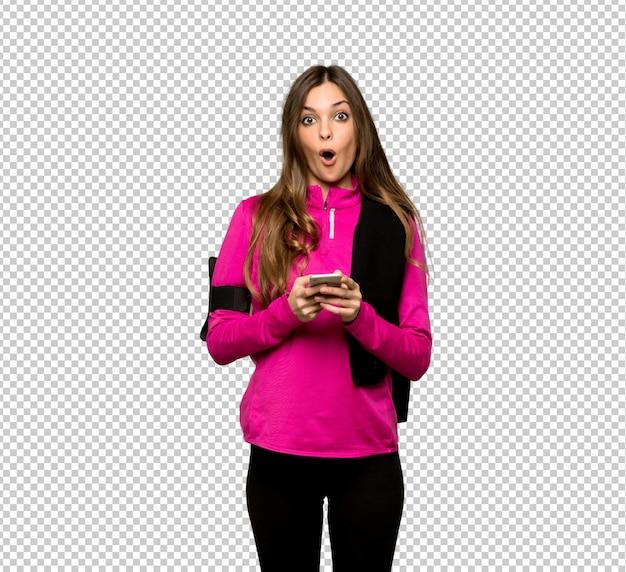 Jeune femme sportive surprise et envoyant un message PSD Premium