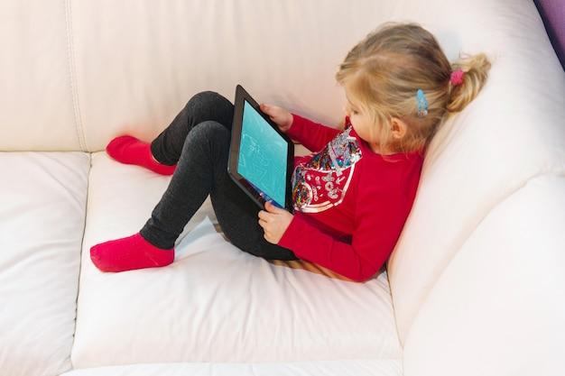 Jeune Fille à L'aide De Tablette Psd gratuit
