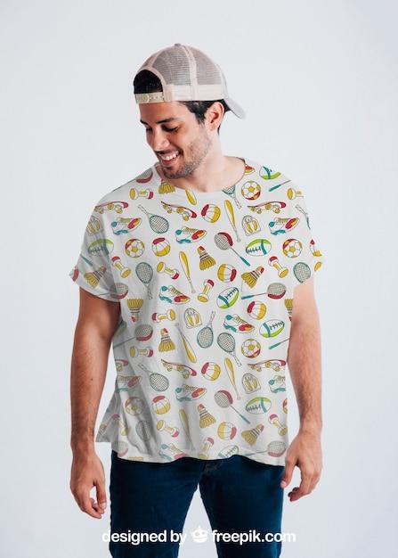 Jeune Gars Posant Avec Un T-shirt Et Une Casquette Colorés Psd gratuit