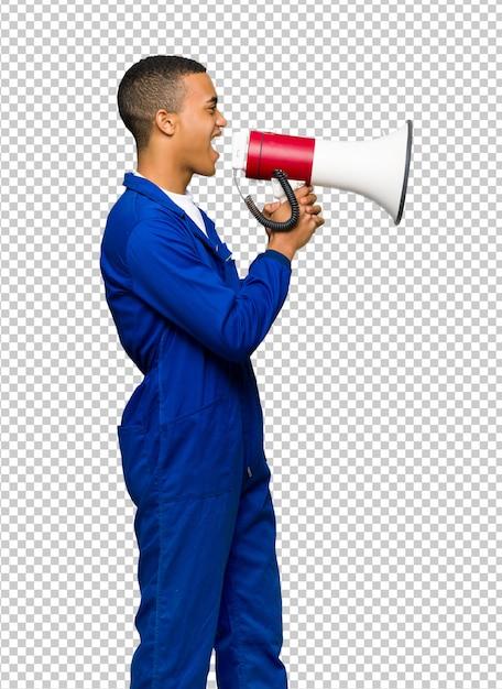 Jeune homme afro-américain crier à travers un mégaphone pour annoncer quelque chose en position latérale PSD Premium
