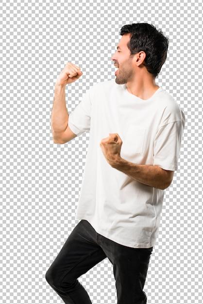Jeune homme à la chemise blanche célébrant une victoire en position de vainqueur PSD Premium