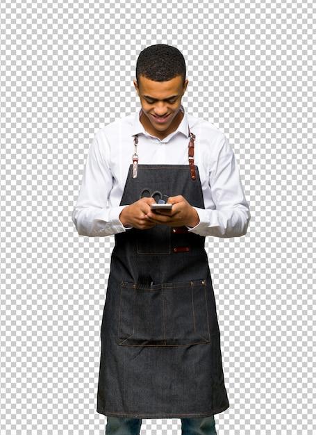 Jeune homme de coiffeur afro-américain envoie un message avec le mobile PSD Premium