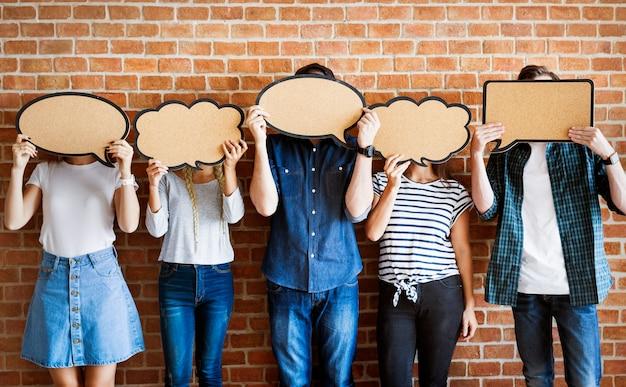 Jeunes adultes brandissant des affiches de copyspace bulles PSD Premium