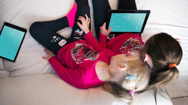 Jeunes Filles à L'aide De Tablette Psd gratuit