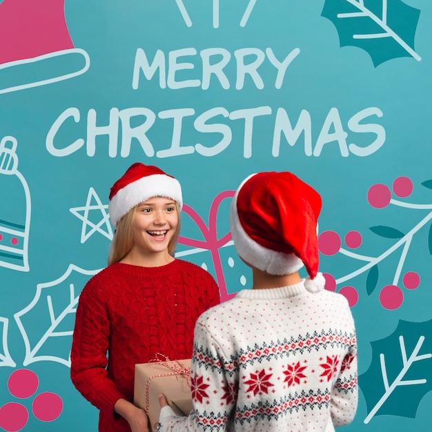 De Jeunes Frères Et Sœurs échangent Des Cadeaux Psd gratuit