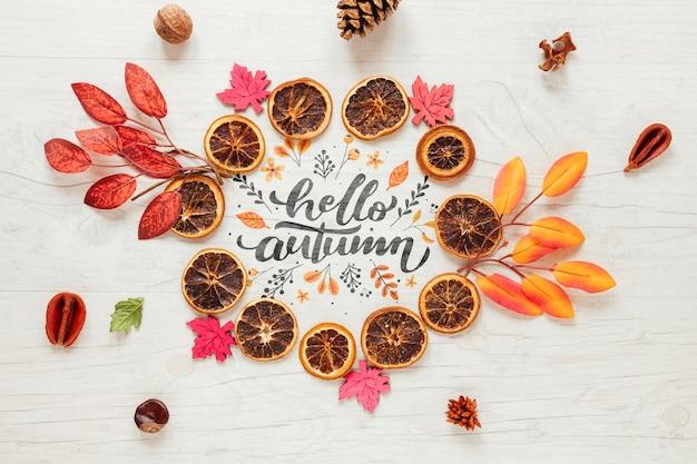 Joli arrangement d'automne de feuilles et d'oranges séchées Psd gratuit