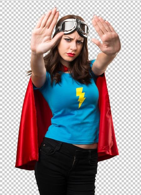 Jolie fille de super-héros faisant signe d'arrêt PSD Premium