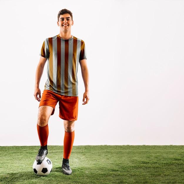 Joueur de football posant Psd gratuit