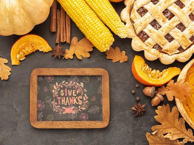 Jour De Thanksgiving Avec De La Nourriture Délicieuse Psd gratuit