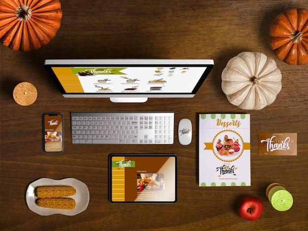 Lay plat de créateur de scène de thanksgiving avec fond en bois Psd gratuit