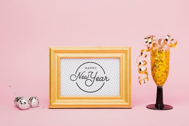 Lettrage du nouvel an avec des confettis dorés en verre Psd gratuit