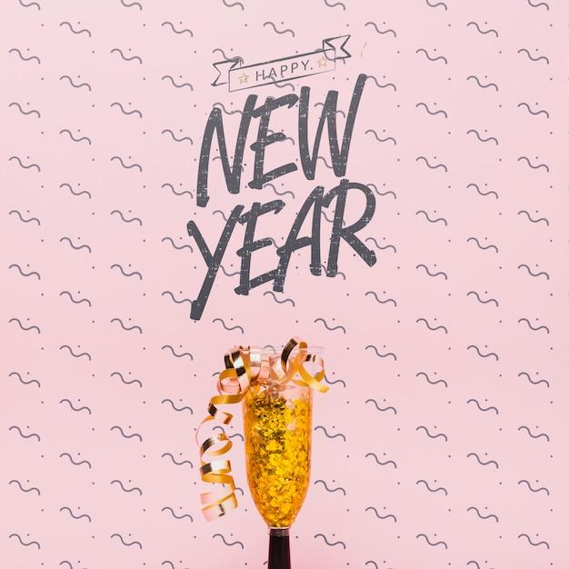 Lettrage du nouvel an avec des confettis dorés Psd gratuit