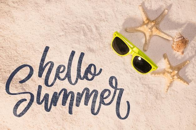 Lettrage de fond d'été avec des éléments de plage Psd gratuit
