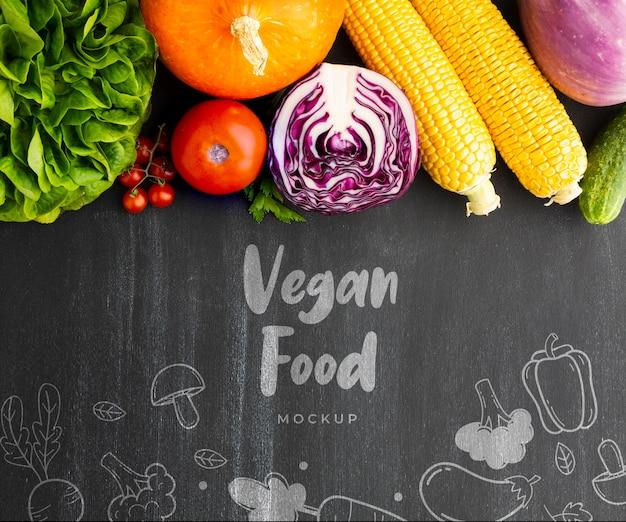 Lettrage De Nourriture Végétalienne Avec Des Gribouillis Et Des Légumes Psd gratuit