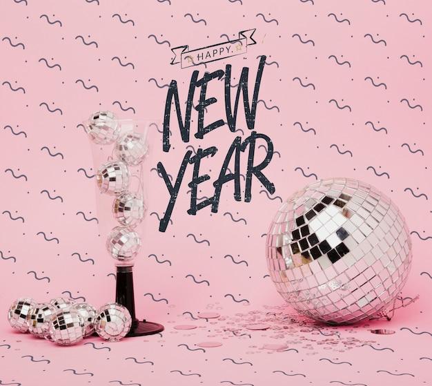 Lettrage de nouvel an vue de face avec décoration de fête Psd gratuit