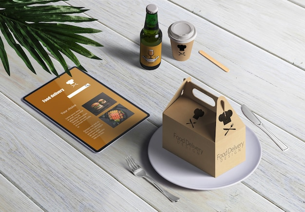 Livraison de nourriture avec une boîte en carton et menú sur une table en bois Psd gratuit