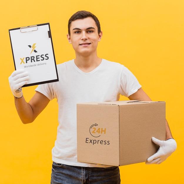 Livreur, Tenue, Colis, Et, Presse-papiers, Maquette Psd gratuit