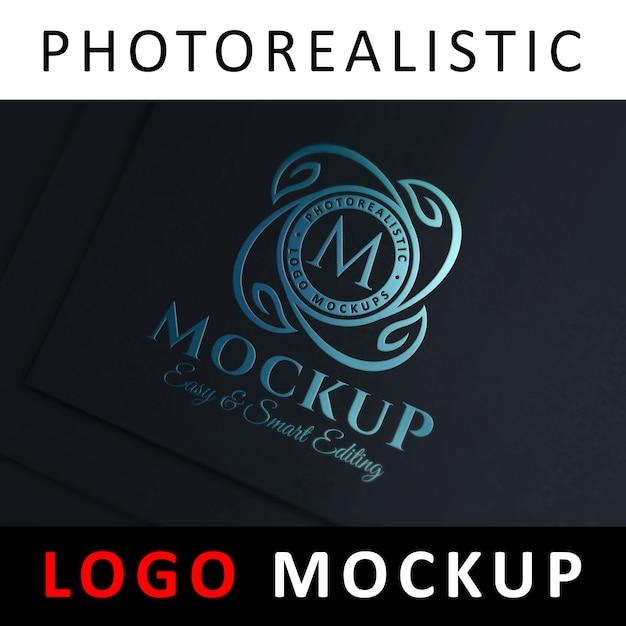 Logo maquette - estampage de feuilles bleues sur carte noire PSD Premium
