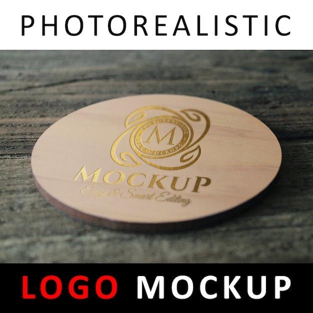 Logo maquette - logo doré estampé sur un dessous de verre rond en bois PSD Premium