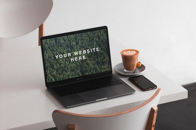 Macbook sur la maquette de table PSD Premium