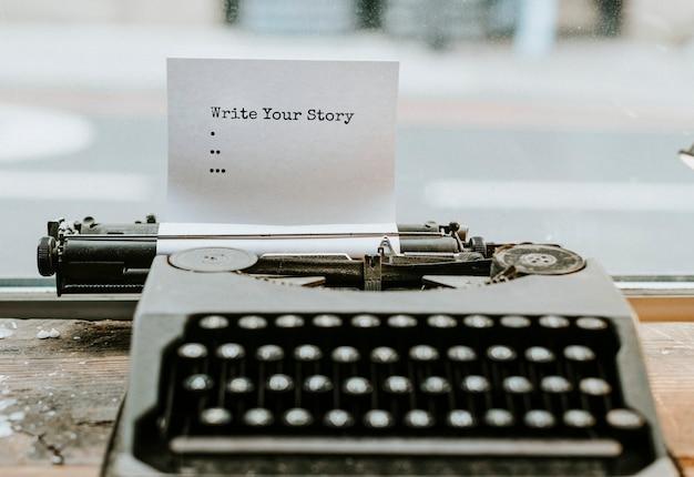 Machine à écrire rétro avec un morceau de papier Psd gratuit