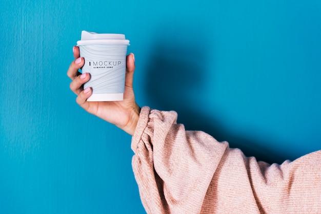 Main Féminine Tenant Une Maquette De Tasse à Café PSD Premium