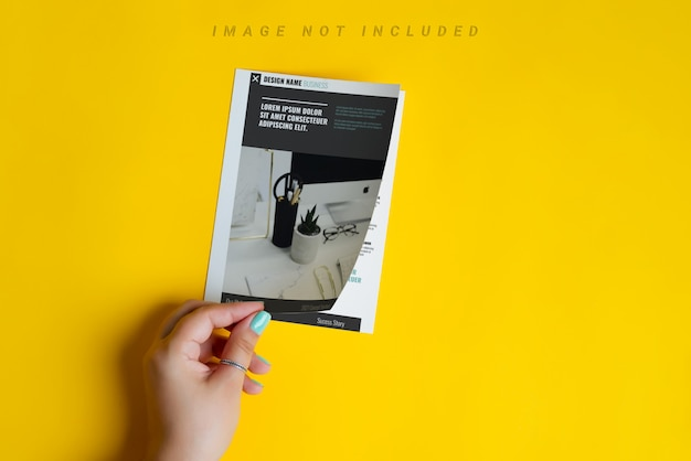 La Main De La Femme Est Une Brochure Ou Un Catalogue De Maquette Ouverte PSD Premium