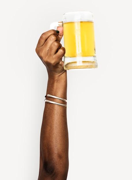 Main tenant une bière Psd gratuit