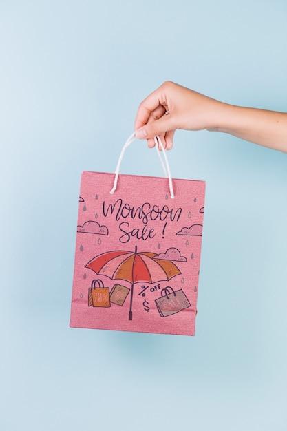 Main tenant la maquette du sac à provisions Psd gratuit