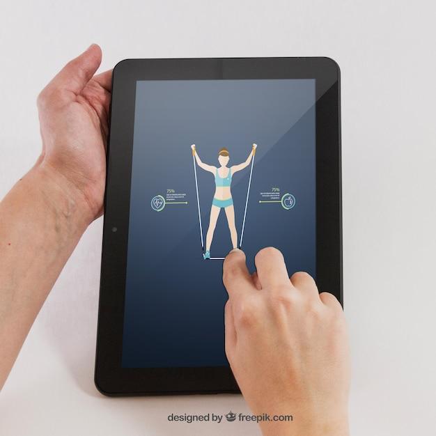 Main Tenant La Tablette Avec Une Application Sportive Psd gratuit