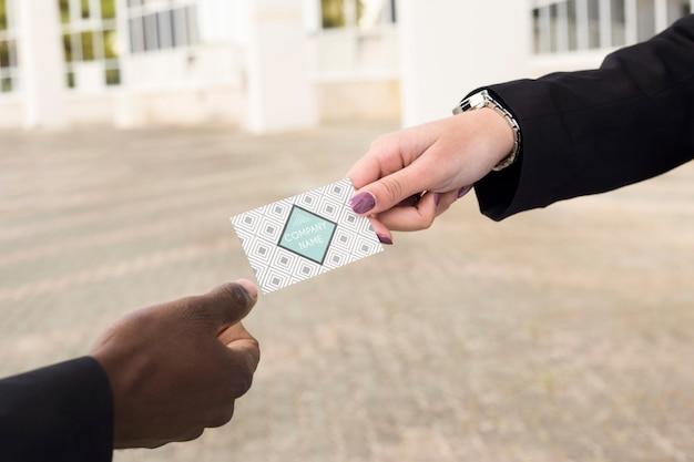 Mains échangeant une carte de visite Psd gratuit