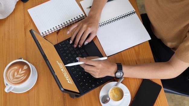 Mains Féminines à L'aide D'une Maquette De Tablette Numérique PSD Premium