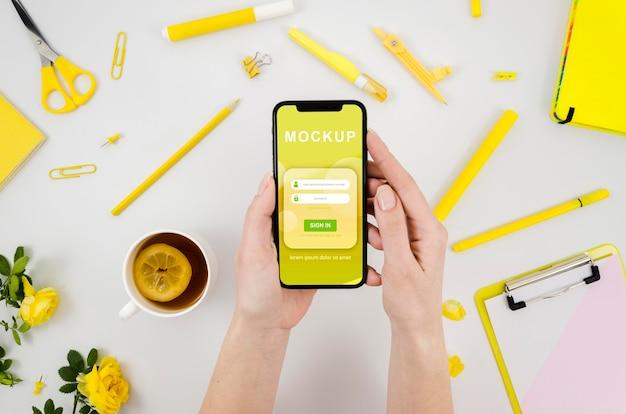 Mains à Plat Tenant Une Maquette De Smartphone Avec Du Thé Psd gratuit