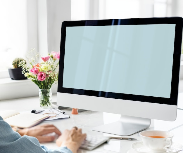 Mains en tapant avec un écran d'ordinateur maquette Psd gratuit