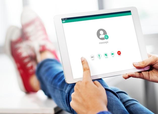 Mains En Utilisant Une Tablette De Maquette Avec Les Pieds En Arrière-plan Psd gratuit