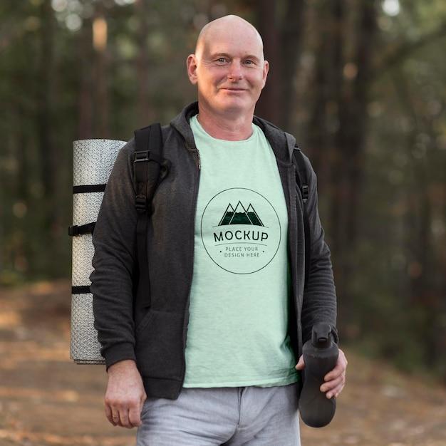 Man Au Camping Avec Une Maquette De T-shirt PSD Premium