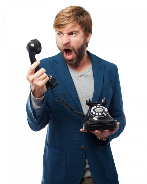 Man Criant à Un Téléphone Psd gratuit