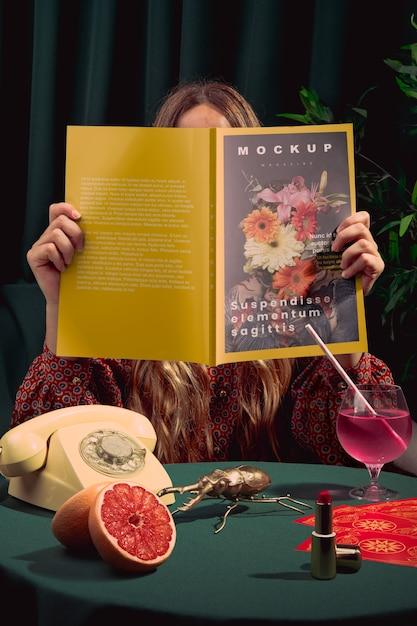 Mannequin Lisant Un Magazine De Mode à L'intérieur Psd gratuit