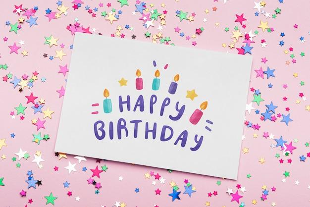 Maquette d'anniversaire avec des confettis colorés Psd gratuit