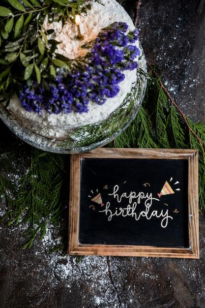 Maquette en ardoise avec un gâteau d'anniversaire Psd gratuit