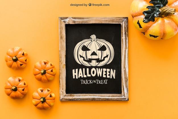 Maquette de l'ardoise d'halloween avec des citrouilles effrayantes Psd gratuit