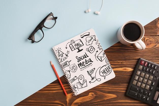Maquette bloc-notes avec des éléments de bureau Psd gratuit